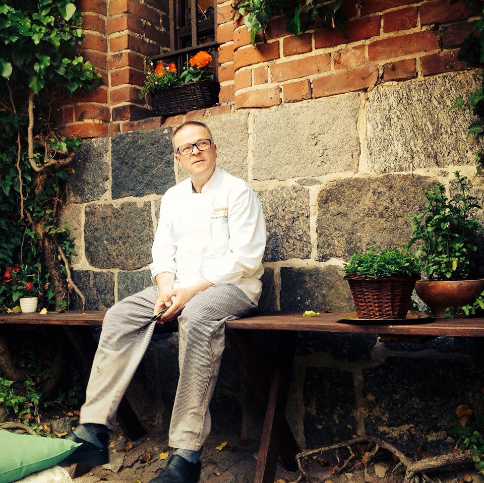 Mistrz Bogdan Gałązka w przyzamkowym zielniku